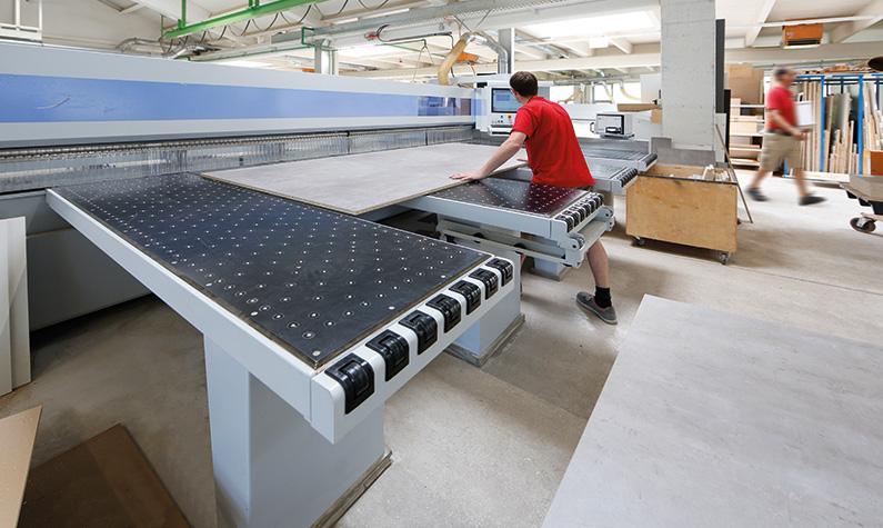 Plattenzuschnitt mit Bediengerät und Etikettendrucker.