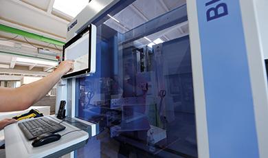 CNC Bearbeitungszentren mit Barcode-Scanner und Online-Anbindung.