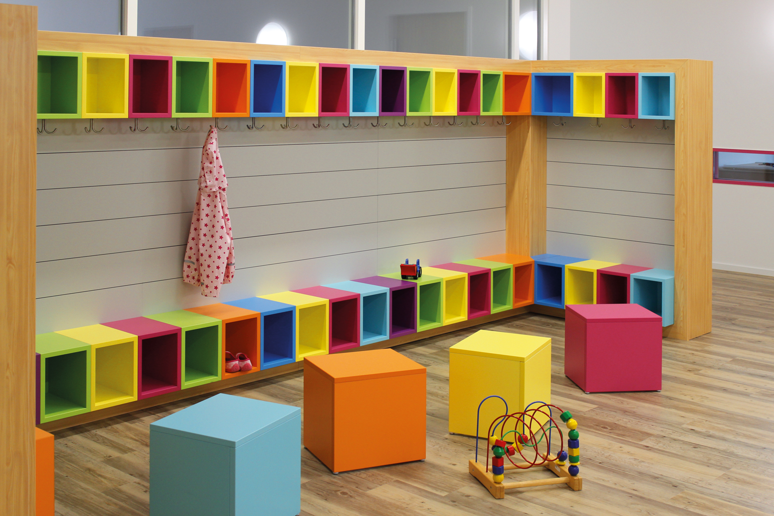 Alles schön bunt hier:  Kindergarderobe mit Sitzbank, Schuhablage, Ablagefach oben und Garderobenhaken.