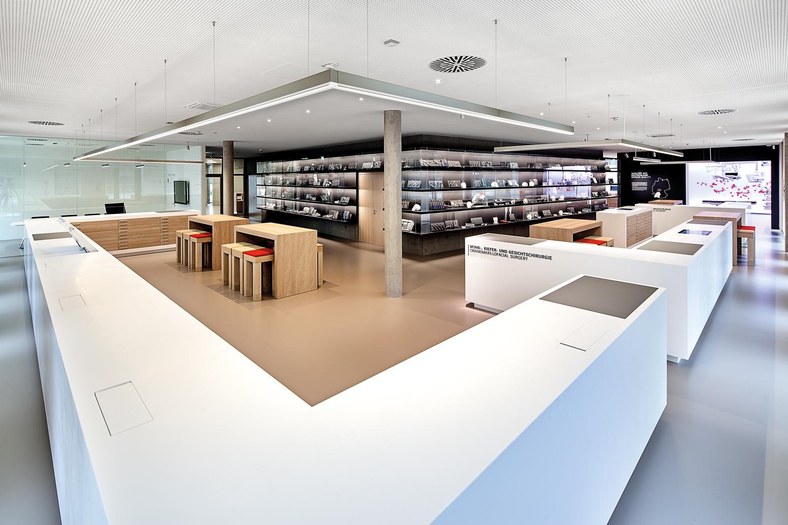 Showroom: Theke mit ausfahrbaren Monitoren zur Instrumenten-Präsentation.