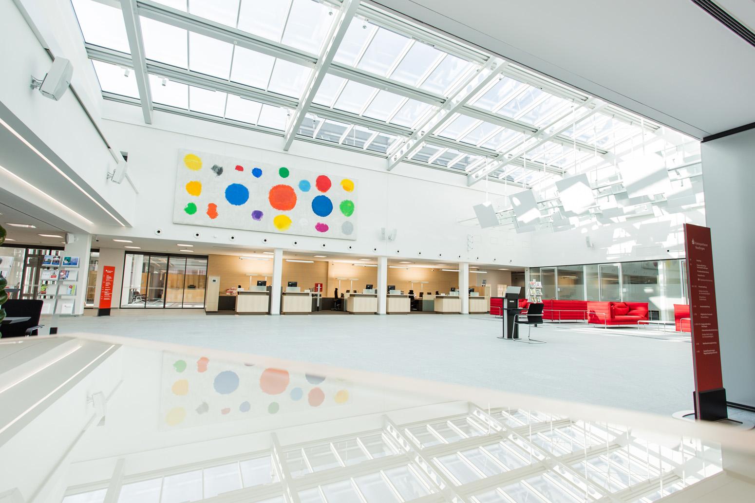 Eindrucksvoll offener Einblick in die Kundenhalle einer Hauptstelle.