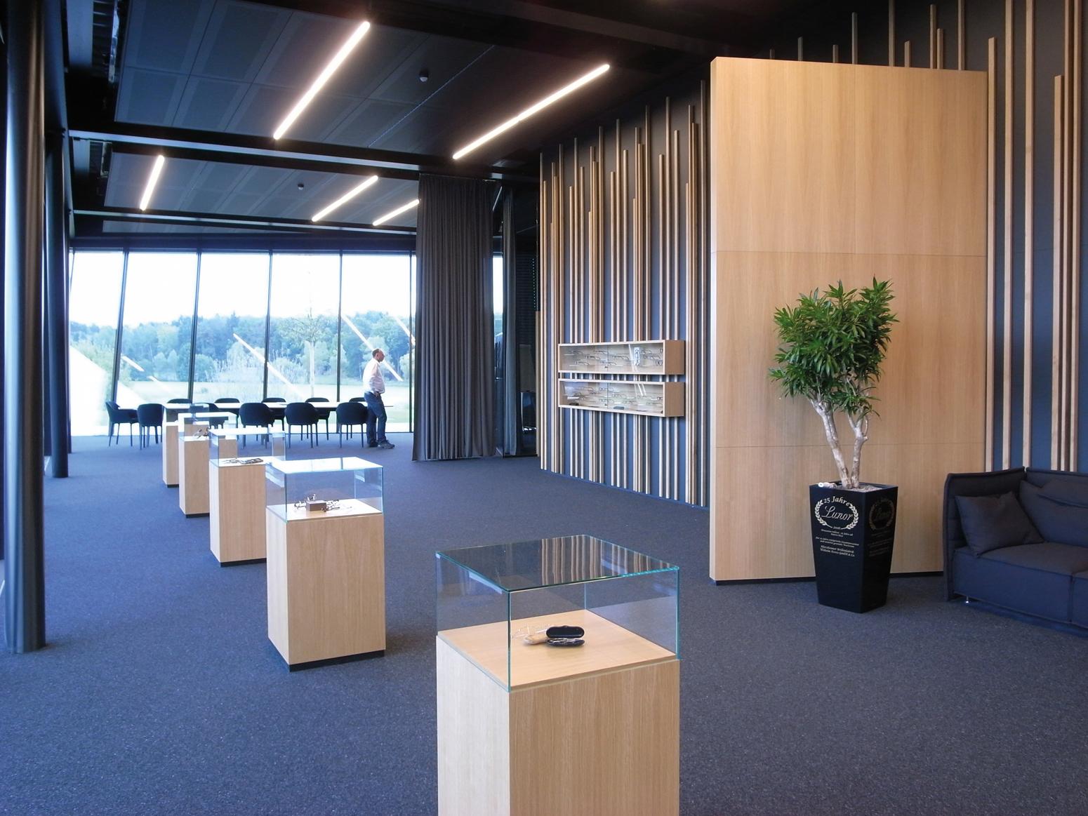 Elegant, großzügig und harmonisch. Das Foyer als einladendes Forum zur Kommunikation.