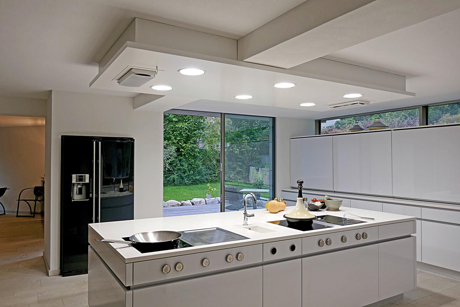 Individuelle Küchenarchitektur: Attraktiv muss sie sein, von allen Seiten. Gemeinsames Zubereiten und Genießen steht im Mittelpunkt.