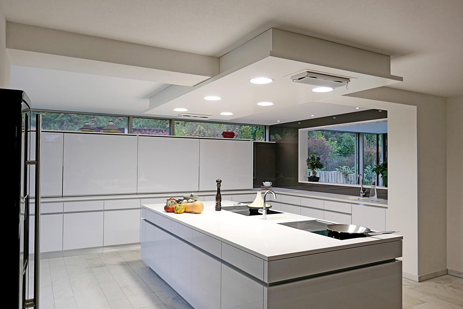 Küchenblock mit Deckensegel einschließlich Licht- und Medieninstallation.